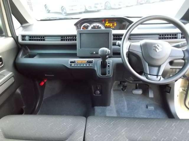 シフトがインパネにあるから足元が広々☆運転席から助手席への移動も楽にできちゃいますね☆道の状況や止める場所によって運転席側から出づらい時ってありませんか?そんな時、助手席側から降りることができますよ☆