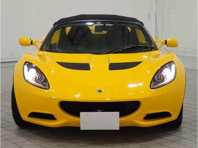 イギリスを代表するスポーツカーメイクスてあるロータスはレーシングカーの生産を起源としており、ロードカー造りにおいてもミニマリズを是としてきた。