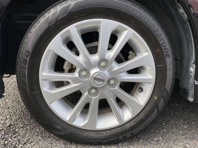 純正のアルミホイールを着用しています。タイヤサイズは、155/65R14になります