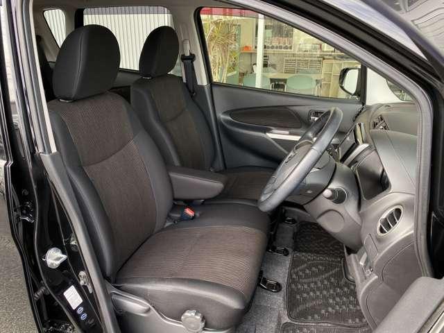 ブラック×ブラウンの色合いは落ち着いた車内空間を演出してくれています