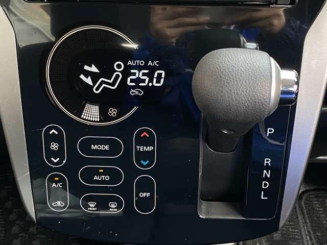 操作性の良いインパネシフトにタッチパネル式のオートエアコンです