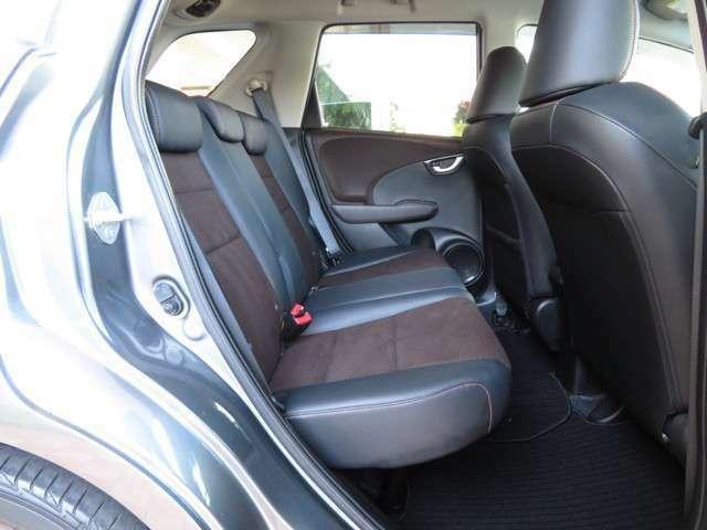 広々したリアシート!!3席全てに埋め込み式のヘッドレストが装備されており後席の方への安全もしっかりと確保されております!!