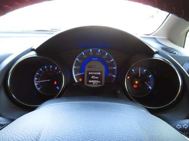 スピードメーターを中心に置いた常時点灯式3眼メーター♪もちろん視認性に優れています◎