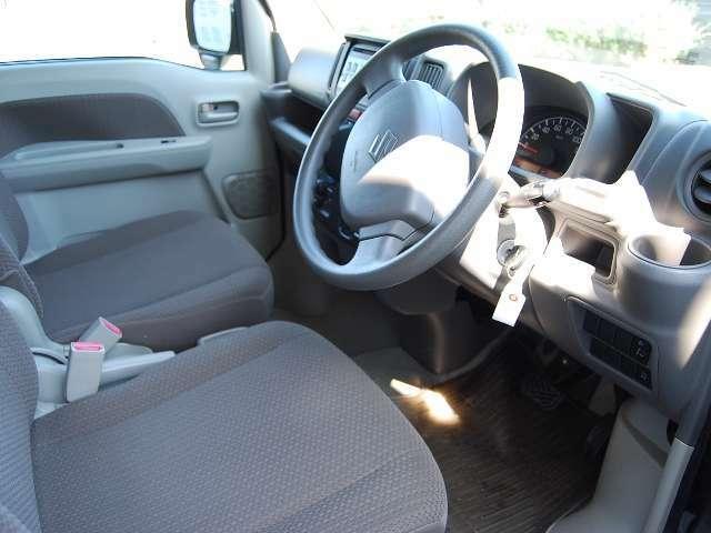 運転席&リアシートはアームレスト付きシートです!