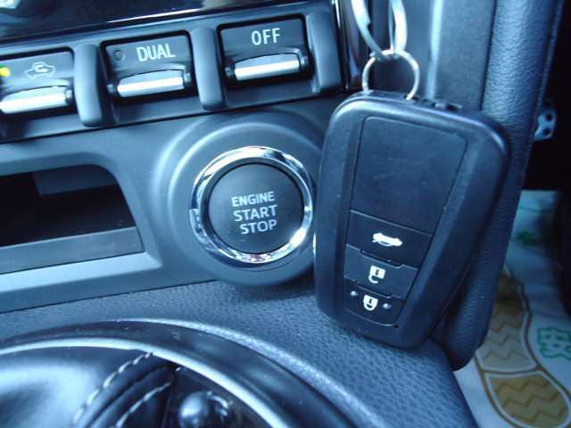 キーレスプッシュスタートシステム!携帯リモコンを持っていれば、リクエストスイッチを押すだけでドアの施錠・解錠が可能。ブレーキを踏んでエンジンスイッチを押せば、エンジンの始動・停止もできます!