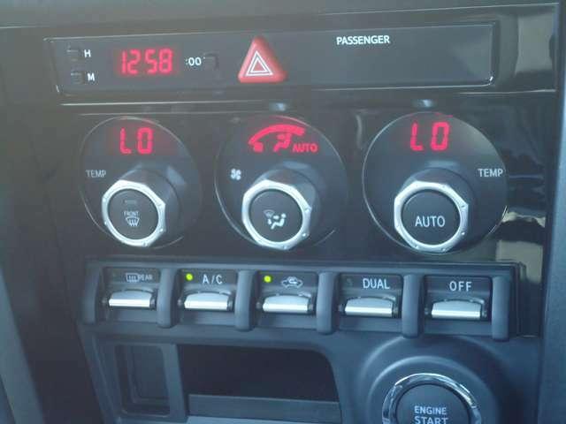 フルオートエアコンで室内はいつも快適な温度に自動設定!デュアルモードで運転席と助手席で別々に温度設定が可能!人によって体感温度が違ってきますから、この機能があるのはとても助かりますよ!