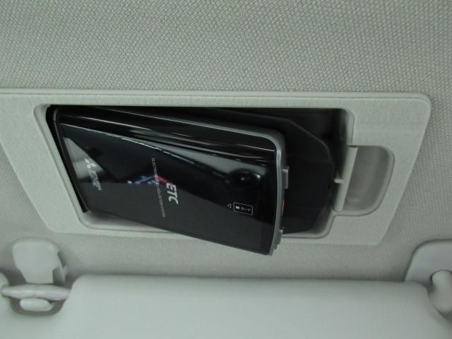 ETC車載機は専用ボックスにてバイザー裏に隠れて装着されております。トップシーリング(天井)の状態もご覧ください。きれいな状態となっております
