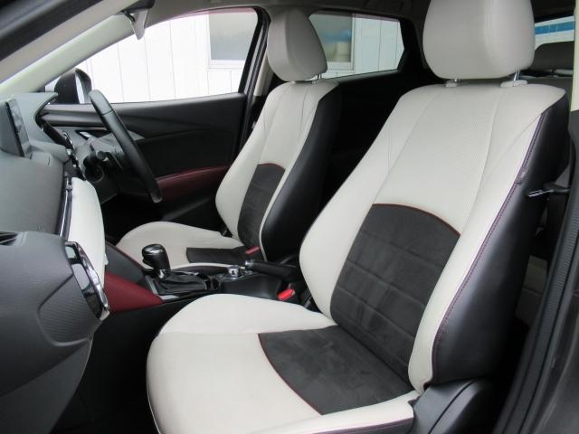 フロントシートは心地よいフィット感と程よいホールド性能を両立させた本革シート。今までになく快適にドライブを楽しんでいただける、マツダ自慢のシートです!