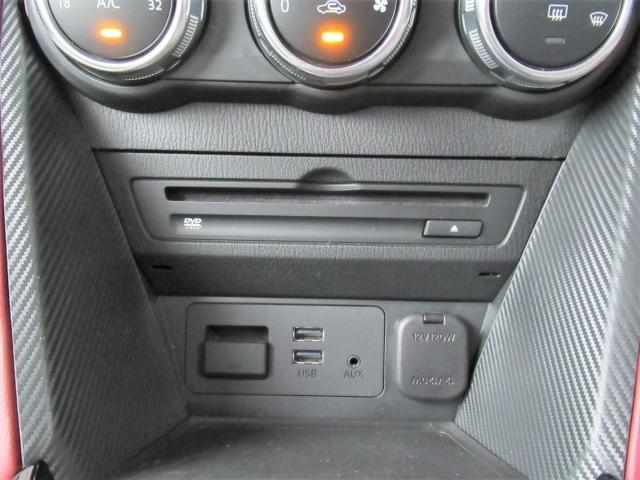 CD/DVDのほか、USB接続ポートにAUX端子を装備しています。スマートフォンやミュージックプレーヤーなどの接続出来ます。もちろんブルートゥース接続にも対応しています!