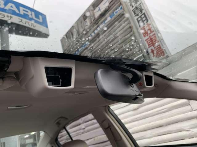 「EyeSight」搭載車に備わるステレオカメラ。フロントウィンドウ上端にあるふたつのカメラで前方の状況を認識します♪30km/h以下であれば、衝突を回避できます♪