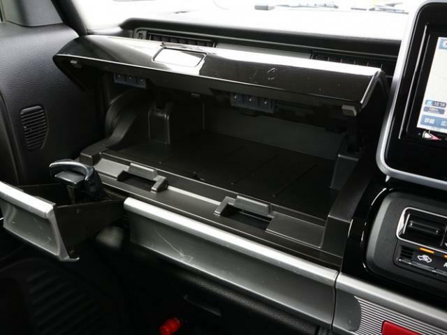 ダッシュボードには便利な収納スペースが設けられています。