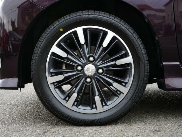 標準装備の純正15インチアルミホイール。タイヤサイズは165/55R15です。
