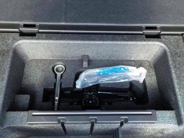 リヤトランク下に車載工具など収納されています