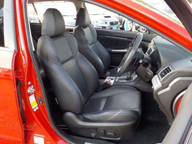 長時間乗っても疲れづらいサポート性の高い本革仕様のフロントシート
