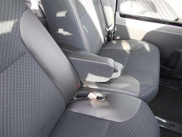 ベンチシートになります。広いので運転も快適ですよ!!