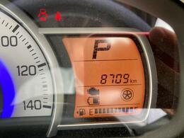 走行は8,709km。メーター内のインフォメーションディスプレーは燃費計やシフト位置などなど、色んな情報を提供致します。