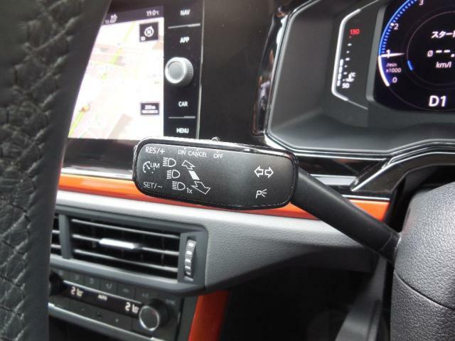 高速道路などで便利なスピードコントローラー、ターンシグナルレバー先端に設置されており、高速運転中でも安全に操作ができるようになっています。