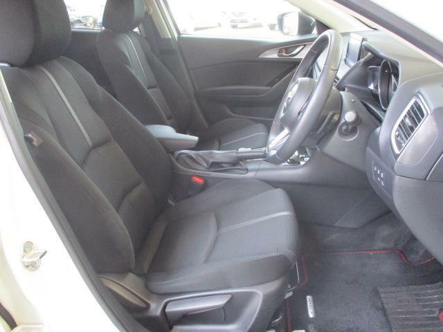 フロントシートは心地よいフィット感と程よいホールド性能を両立させ、今までになく快適にドライブを楽しんでいただける、マツダ自慢のシートです!
