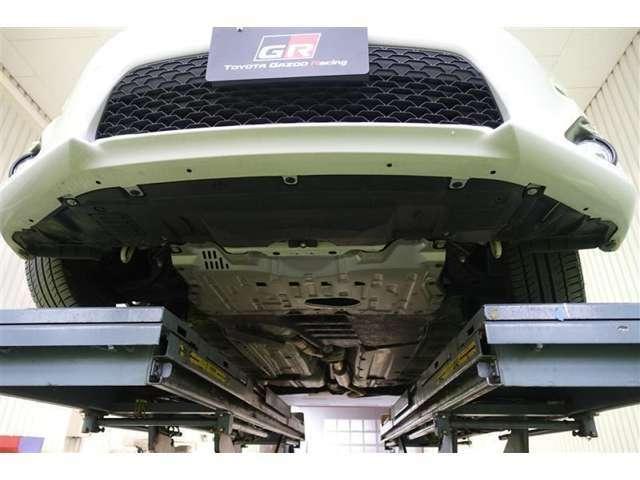 フロントバンパー、エンジン下部の状態です、大きな傷もなくキレイな状態です。
