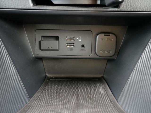CD/DVD再生プレーヤーとフルセグTVチューナーは非搭載ですが、USB端子やAUX端子は備えています。
