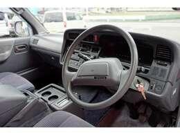 内装、新車の香りが残っております。メーカーオプションのデジタルメーター装備しております