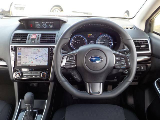 見切りの良いデザインと操作性の優れたハンドル周りです、ドライブの愉しさを高めてくれます、お勧めポイントです