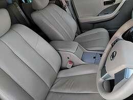 フロントシートにはセンターアームレスト付き、長時間の運転でも楽々で快適♪