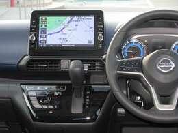 運転席廻りは手が届くところに収納スペースを確保しており、ハンドルにはオーディオ操作用スイッチがあるので、運転中もナビゲーションを注視せずにオーディオの操作を行って頂くことができます!