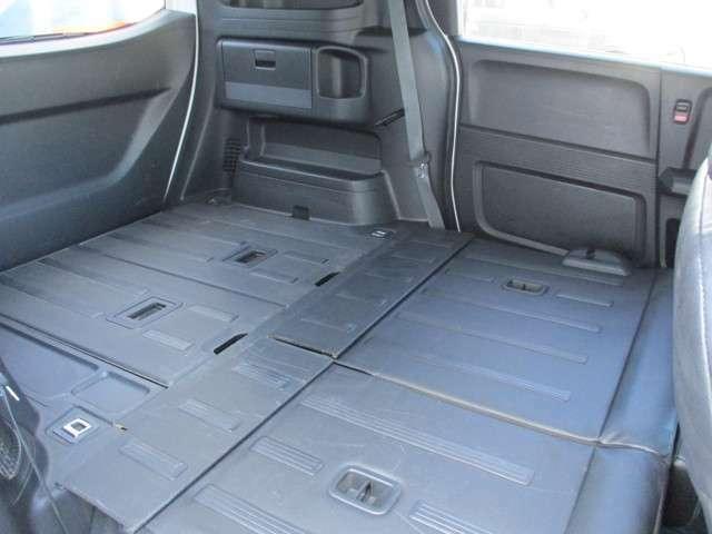 後席シートを倒すとフラットで広いラゲッジスペースとなります。