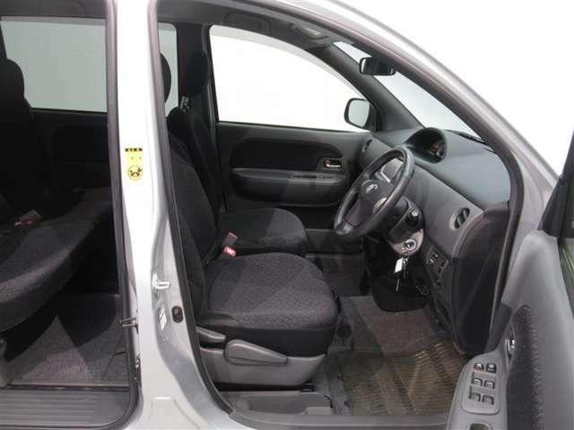 運転席です。まるまるクリンでは運転席シートを取り外し、シート下をしっかり清掃!さらに、取り外したシートもエアー、吸塵機、特殊吸塵機を使い清掃しております!!