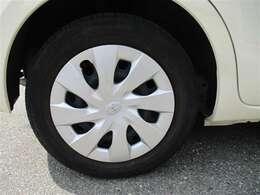 タイヤサイズ175/65R15のスチールホイール&ホイールキャップ付です。