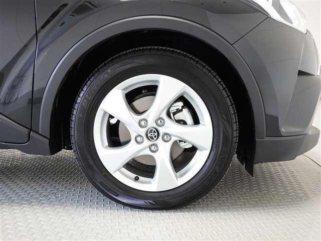 アルミホイール装着、タイヤサイズは215/60R17です。