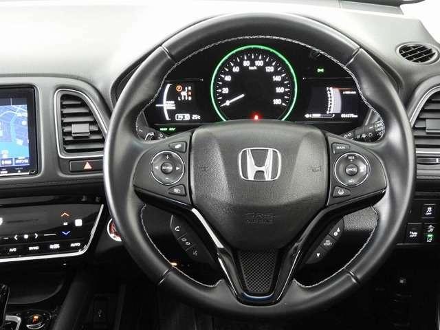 運転にかかわる様々な操作を安全に行えるように視点移動が少なく操作性に配慮されたスイッチ類が凝縮されたコクピットです。