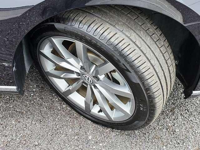 純正18インチのアルミホイールです。タイヤサイズは235/45R18です。タイヤ残量は8分山くらいです。