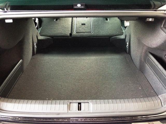 シートを倒すとさらに広大な荷室が出来上がります。
