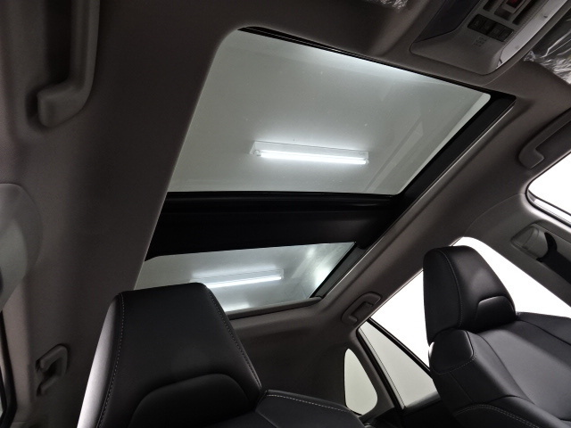 大型パノラミックルーフもついておりますので、開放感のある車内空間です♪