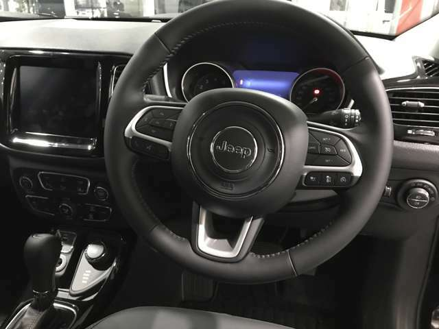 ハンドル裏にオーディオ操作のボタンが付いており、ドライブ中でも簡単かつ安全に操作可能です!