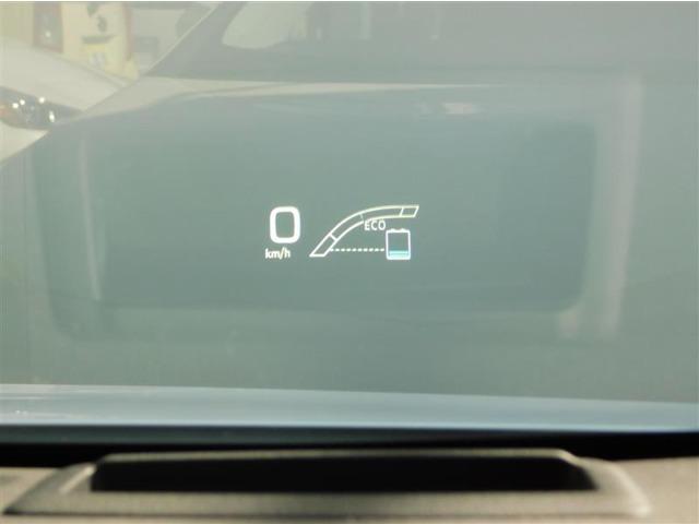 ドライバーの前方のフロントガラスに速度やハイブリッドインジケーターを表示するヘッドアップディスプレイを装備。ナビ使用中には進行方向も表示してくれます。