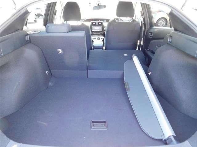 十分な容量を確保しているラゲージルーム。後席シートを倒せば更に大きなラゲージルームになります☆