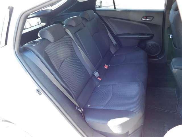 リヤシートの足元フロアはフラットで広々♪ゆったり快適にお過ごしいただけます。