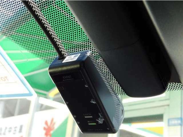 決定的瞬間を記録するドライブレコーダーを装備。