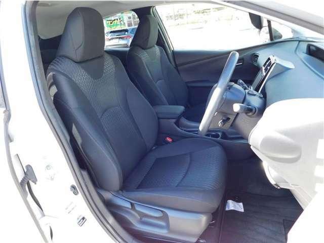 座り心地のいファブリックシート。運転席はシート上下アジャスター付きで細かなポジション調整が可能です。