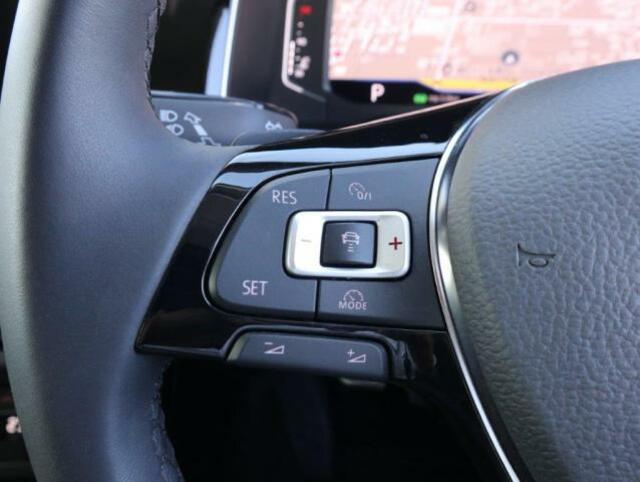追従型クルーズコントロール「ACC」。設定したスピードを上限に自動で加減速し、一定の車間距離を保つことで、ロングドライブの疲労を軽減します。