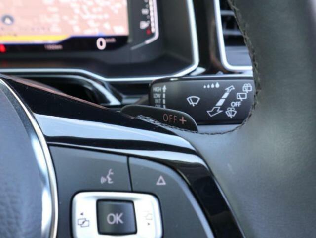 オーディオ機能やメーター中央ディスプレイのメニュー切り替えなどステアリングから手を離さずに操作でき、快適なドライビングをサポートします。