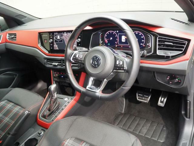 GTI伝統のタータンチェックのシート。赤を基調としたスポーティーな内装です。