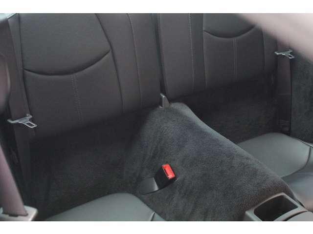 リアシートもブラックレザーシート、前後共に使用感等殆ど無く、禁煙車です。お問い合わせは全国フリーダイヤル0066-9711-094846までお気軽にお問い合わせくださいませ。