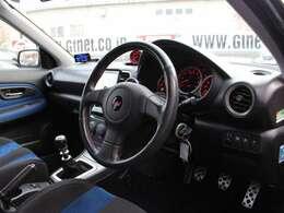 ブラック×ブルーの内装はドライビングに集中できるシックな色合いですね♪
