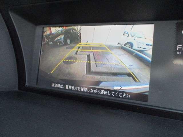リアにはバックカメラが取り付けられております!シフトレバーをRに入れるだけで、後方の映像がナビに映し出されます!狭い駐車場や夜間など様々な場面で活躍してくれる機能の一つです!