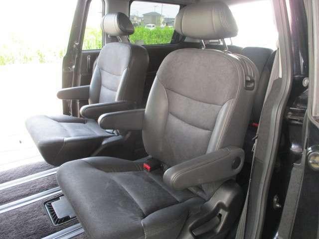 広々とした車内!7人乗りの3列シート!ロングドライブも快適です!人気オプションのシートカバーを装着すれば、車内の雰囲気も高級感がグッと増します!水分や泥汚れ等もすぐ落とせる実用的なメリットもあります!