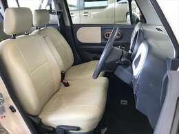 レザー調のベージュのシートカバー付きで内装もきれいです。